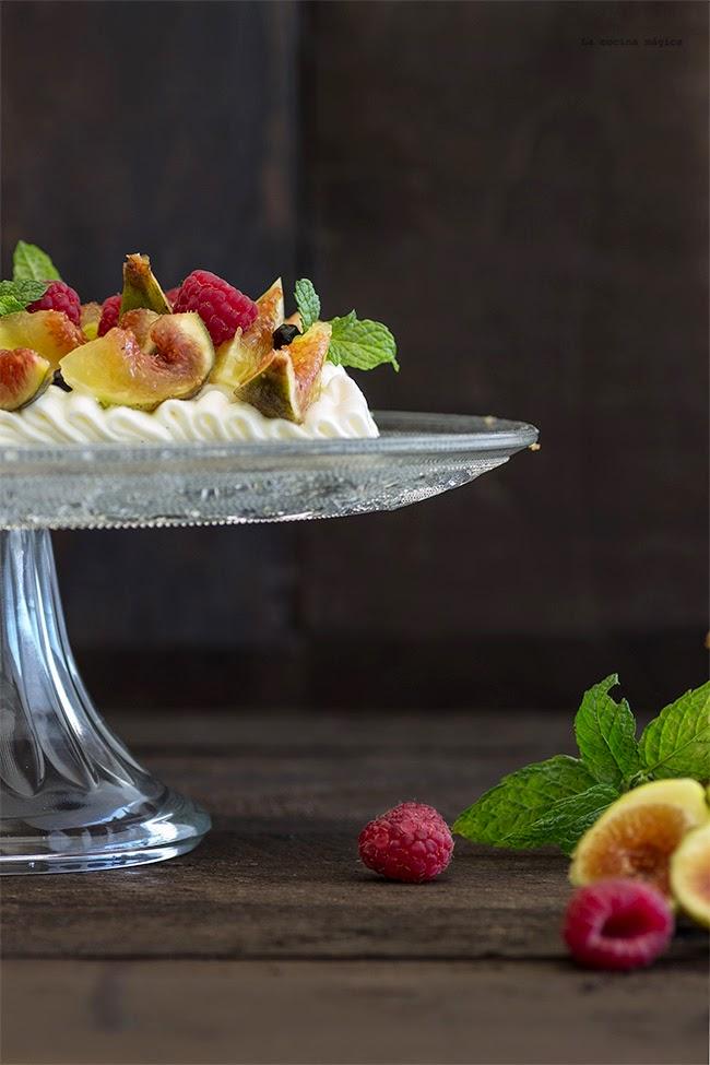 Tarta de crema diplomática y frutas