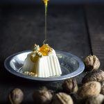 Mousse de yogur griego con miel y nueces
